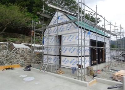 外壁に防水シートを張り、壁の防水対策を行います。