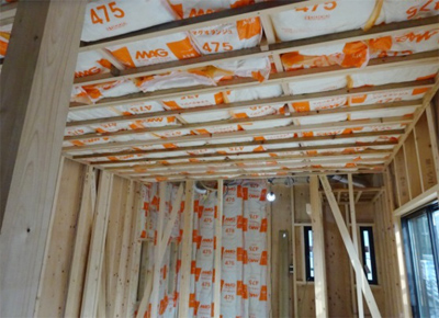 室内も壁と天井に断熱材を張ります。屋根壁の内外のダブル断熱で夏は涼しく、冬は暖かくなります。